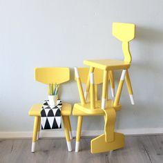 Kinderstoeltje geel - vier op een rij - set van vier kinderstoeltjes - kleurrijk wonen - kinderhoekje - yellowlove - www.lieverkoekje.nl/meubels