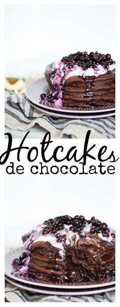 Receta de pancakes o hotcakes veganos de chocolate. Servidos con yogurt y moras azules. Fáciles deliciosos y veganos.