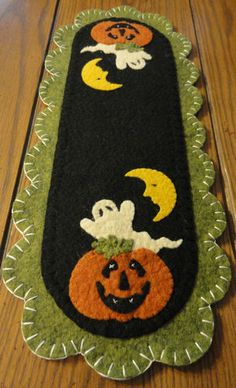 Primitive Halloween Penny Rug~Jack~Ghost~Moon~Autumn or yo yos in these colors for kitchen table. cute shape for runner Halloween Quilts, Moldes Halloween, Adornos Halloween, Halloween Sewing, Manualidades Halloween, Fall Halloween, Halloween Crafts, Halloween Decorations, Halloween Runner