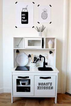 DIY: Monochrome Make-over Ikea Duktig Play Kitchen DIY: Monochrome Makeover of the Ikea Duktig Play Kitchen. Pretty white base with black details. Play Kitchen Diy, Ikea Kids Kitchen, Kitchen Hacks, Kitchen Oven, Ikea Custom, Ikea Toys, Cocinas Kitchen, Kitchenette, Ikea Hacks