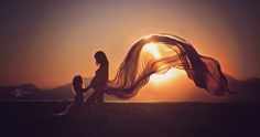 stunning pregnancy photo, maternity photo, maternity flying dress photo, pregnant mother and daughter photography, sunset pregnancy photography