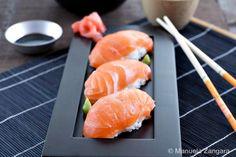 How to make your own Salmon Nigiri, sushi rice included! Nigiri Sushi, Sushi Sushi, Sushi Rolls, Sake Sushi, Sushi Time, Seafood Recipes, Cooking Recipes, Onigirazu, Gastronomia
