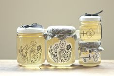 秋山さんの生まれ故郷である秋田県男鹿市の天然アカシアのはちみつ。食べ終わった後の瓶も使ってほしいとの秋山さんの思いから生まれたSUNNY CLOUDY RAINYオリジナルパッケージ。 Honey Packaging, Beverage Packaging, Bottle Packaging, Gift Packaging, Food Packaging Design, Brand Packaging, Honey Label, Jar Labels, Bottle Design