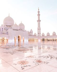 Konrad and I have been to Dubai six years ago and we didn't manage to visit Abu Dhabi back then. Since then the Sheikh Zayed Mosque has been on our bucket list and every time I saw one of the… Islamic Wallpaper Hd, Mecca Wallpaper, Beautiful Architecture, Beautiful Buildings, Beautiful Mosques, Beautiful Places, Photo Islam, Mekka Islam, Coran Quotes