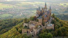 O Castelo de Hohenzollern O Castelo Hohenzollern está localizado nos pés dos Alpes suábios. Com várias torres e ameias, é considerado um dos principais exemplos de arquitetura neogótica. Ele ainda pertence à família Hohenzollern, antiga casa real do Imperio Alemão. O prédio atrai cerca de 300 mil visitantes ao ano.