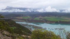 Usana, Banastón y Las Cambras en la margen izquierda del embalse de Mediano. Al fondo, la Peña Montañesa (2291 metros)