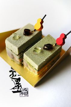 Matcha and kinako cakes