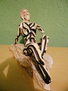Escultura de cerâmica - Artes Rei.- Tit: Mulher na Praia.