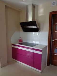 Studio Pio - Mar FIOLET W KUCHNI Świetne rozwiązanie dla kobiet - zastosowanie jednego akcentu w kolorze fioletu w połączeniu z pastelowymi barwami. Mała, nowoczesna kuchnia idealna dla Pań.
