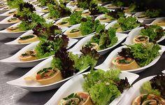 Lachsröllchen und knackiger Salat als gesundes Catering für Business Events und Hochzeiten.