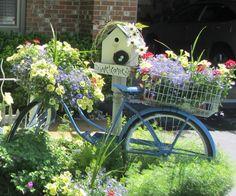 Uma maneira de reciclar aquela bicicleta que parece não tem mais jeito nem para doação. Com um toque de bom gosto, ficará linda em qualquer jardim!