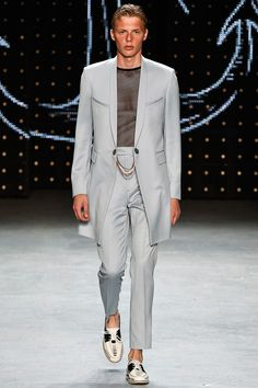 Mesh meets suit >> Topman opens London Collections Spring/Summer 2017 shows with a nostalgic collection of beachy pieces with British seaside towns, mods and teddy boys playing a starring role throughout. Pale and pastel coloured tailoring runs through the collection in square cuts... »