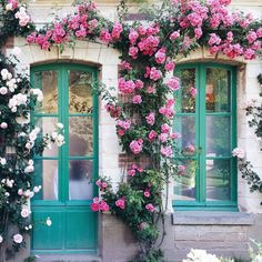 If only every door was dressed with a floral arch 🌸 Photo by via Arco Floral, Floral Arch, Love Flowers, Beautiful Flowers, Beautiful Places, Wonderful Places, Rose Arbor, Cute Little Houses, Romantic Homes