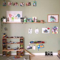 「だいぶ前に息子と塗り塗りした有孔ボード、こんな感じで和室の壁に取り付けて、帽子かけたり絵をかけたり、...」家族・rinonori3のインテリア実例。 Bedroom Toys, Toy Display, My Room, Playroom, Photo Wall, Desk, Shelves, Storage, Holiday Decor