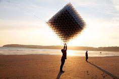 UK-based designers sash reading, heather + ivan morison have created a three dimensional cube kite, 'three cubes collide'.