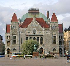 Eliel Saarinen es un magnífico arquitecto finlandés, icono del estilo Art Nouveau, su obra, además de un referente en su país, propuso una línea de trabajo a seguir en Estados Unidos y en el mundo entero. Teatro Nacional, Helsinki Art Nouveau, Art Deco, Helsinki, Saarinen, Northen Lights, Mansions, Architecture, House Styles, Design