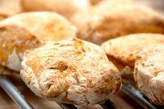 Sandwich brød: Her er opskriften på de mest lækre sandwichbrød af en meget nem dej, der ikke skal æltes. Brødene er lette og luftige. Så nemt kan du lave dine egne sandwich brød. Og de er