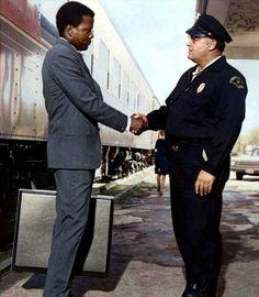 Dans une petite ville du Mississippi, un crime vient d'être commis. L'adjoint du shérif arrête un inconnu assis dans le hall de la gare. Il est directement accusé du meurtre : il est Noir et a beaucoup d'argent sur lui. Après vérification de son identité, il s'avère que cet homme est Virgil Tibbs, un policier, membre de la brigade criminelle de Philadelphie. Il est alors relâché sans un mot d'excuse.