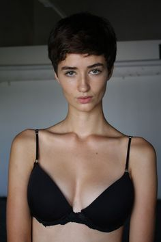 There's something kind of nineties about Meli. Pixie Hairstyles, Pixie Haircut, Short Hair Cuts, Short Hair Styles, Cute Country Girl, Androgynous Hair, Model Face, Most Beautiful Faces, Hair Photo