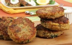 Meatless Monday with Quinoa Cakes with Lemon Yogurt Sauce and Radicchio, Spinach and Walnut Salad Ww Recipes, Sauce Recipes, Fish Recipes, Seafood Recipes, Vegetarian Recipes, Cooking Recipes, Healthy Recipes, Healthy Meals, Green Vegetarian
