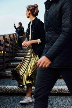 Tendance Basket 2017 – Street Style: A Sporty Chic Way To Wear A Gold Pleated Skirt Cool Street Fashion, Street Chic, Look Fashion, Winter Fashion, Skirt Fashion, Net Fashion, Steampunk Fashion, Gothic Fashion, Street Wear