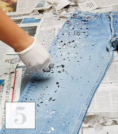 ropa reciclada jeans Learn How To Splatter Paint Your Jeans In 6 Easy Steps Painted Jeans, Painted Clothes, Diy Clothes Paint, Diy Clothing, Custom Clothes, Upcycling Clothing, Diy Kleidung Upcycling, Paint Splatter Jeans, Denim Art