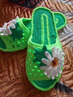 Какая красота – в таких шлёпках ножкам будет тепло и комфортно – Полезные советы хозяйкам Crochet Baby Dress Pattern, Crochet Slipper Pattern, Crochet Shoes, Crochet Poncho, Crochet Slippers, Free Crochet, Crochet Patterns, Crochet Flip Flops, Crochet Cactus