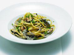 Cukkinis makaróni diós-olajbogyós szósszal Main Dishes, Spaghetti, Ethnic Recipes, Dios, Main Course Dishes, Entrees, Main Courses, Noodle