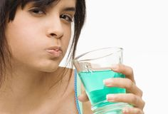 Here are some natural homemade mouthwash recipes that can be prepared with chemical-free household products as lemon, baking soda and even vodka! Prepare your own homemade mouthwash at home! Health Guru, Health Class, Health Trends, Health Tips, Health Benefits, Dental Health, Dental Care, Gum Health, Oral Health