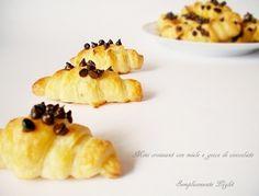 Mini croissant con miele e gocce di cioccolato fondente