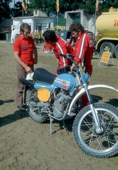 Imerio Testori discusses the development of the motorbike with KTM mechanics...
