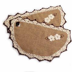 Tapetes em juta forrada e acabamento em crochê com barbante. Para usar em porta de entrada. www.gostodefazer.com