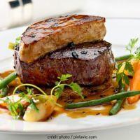 TOURNEDOS ROSSINI (Pour 4 P : 4 tournedos dans le filet , 4 escalopes de foie gras de canard, 4 tranches de pain brioché, 100 g de beurre, 1 verre de vin de Madère ou porto, fleur de sel, poivre)