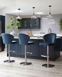 Dark Blue Kitchen Cabinets, Dark Blue Kitchens, Stools For Kitchen Island, Blue Velvet Chairs, Velvet Stool, Pink Velvet, Lounge Diner Ideas, Contemporary Kitchen Island, Open Plan Kitchen Dining Living