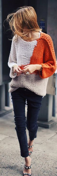 Multicolored knitwear is our top tip for sweater weather. These block color pullovers are so stylish. Mode Outfits, Fall Outfits, Looks Style, Style Me, Moda Crochet, Looks Jeans, Modelos Fashion, Foto Fashion, Street Fashion