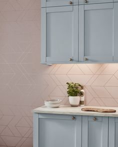 Featuring a blush backdrop highlighted with clean angular rose gold lines. Crisp, sleek and feminine, Balance Blush and Rose Gold is the perfect modern design. Perfectly partner this wallpaper with Elsie to add a pop of colour! Rose Gold Wallpaper, Home Wallpaper, Balance Design, Brown Kitchens, Brown Paint, Graham Brown, Blush Roses, Innovation Design, Color Pop