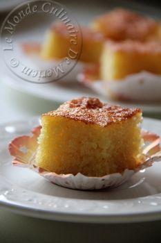 Salam alaykoum, bonjour a tous; Khobz Jazairi (Pain algérien), n'a rien a voir avec le pain, c'est le nom de ce gâteau de semoule au miel (ou au sirop), qui est très moelleux, et surtout très simple a réaliser, et la réussite est garantie a tous les coups....