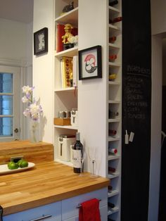 Estantes y pared de pizarra en la cocina