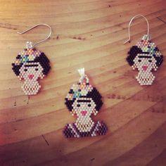 Al fin Frida! Con sus flores, joyas y vestido en colores alegres! #peyotestitch #miyuki #delica #artesanias #valdivia #joyasartesanales #aros #pendientes #hechoamano #beads #bohemian #bohojewelry #boho #gypsyjewelry #earrings #pendants #handcrafts #hippie #bohochic #fridakahlo