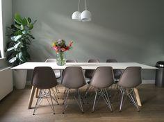 Eettafel Hay met Vitra dsr stoelen (taupe) en mat witte lamp (TossB). Bloemen besteld bij Bloomon.