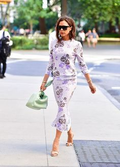 Victoria Beckham Wearing Purple Floral Dress at Fashion Week Victoria Beckham Outfits, Mode Victoria Beckham, Viktoria Beckham, Office Looks, Girl Fashion, Fashion Looks, Fashion Outfits, Fashion Photo, Fashion Trends