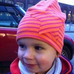 Kindermützen sind ja irgendwie immer entweder hässlich und/oder total überteuert. Ich nähe die für Frida jetzt einfach selbst. Heute hab ich zum Beispiel nach einem Stoff passend zu ihrer neuen Jacke gesucht und diesen gefunden. Und die Mütze ging ultra-flott!