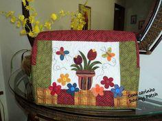 Capa para máquina de costura, toda quiltada com aplicação de tulipas. As cores e aplicação podem variar de acordo com seu gosto. R$ 99,75