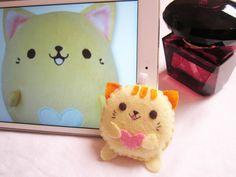 Chubby cat felt plush by Anitadoma on DeviantArt Small Flowers, Felt Flowers, Felt Keychain, Sewing Crafts, Diy Crafts, Key Covers, Felt Cat, Cat Pattern, Kawaii