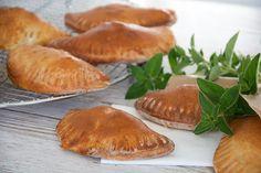 Lækker og nem opskrift på pirogger med velsmagende fyld af oksekød og grøntsager - samt tips til god variation af opskriften - få opskrift her