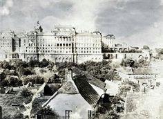 A királyi palota a Gellérthegy utca felöl nézve 1900 körül Old Pictures, Old Photos, Vintage Photos, Utca, Buda Castle, Budapest Hungary, Historical Photos, Louvre, History