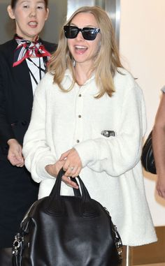A smiley Amanda Seyfriend arrived in Japan flaunting a cozy white coat accessorized with a black tote and matching chunky square sunnies!