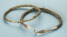 Kaksi hopeista, rautakauden loppupuolelle (noin 1000-1200) ajoittuvaa kaularengasta. Löytyneet Puolangalta 2010, nyt Kainuun museossa.