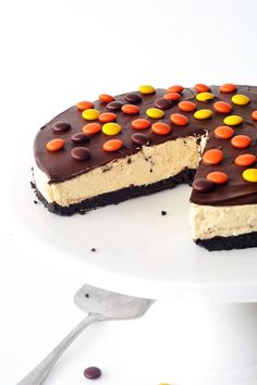 No Bake Reeses Pieces Peanut Butter Cheesecake with an Oreo crust | Sweetest Menu @sweetmenu