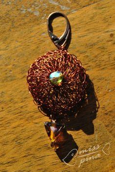 Orecchini realizzati a mano con uncinetto e filo di rame. Handmade earings with knitted copper wire.